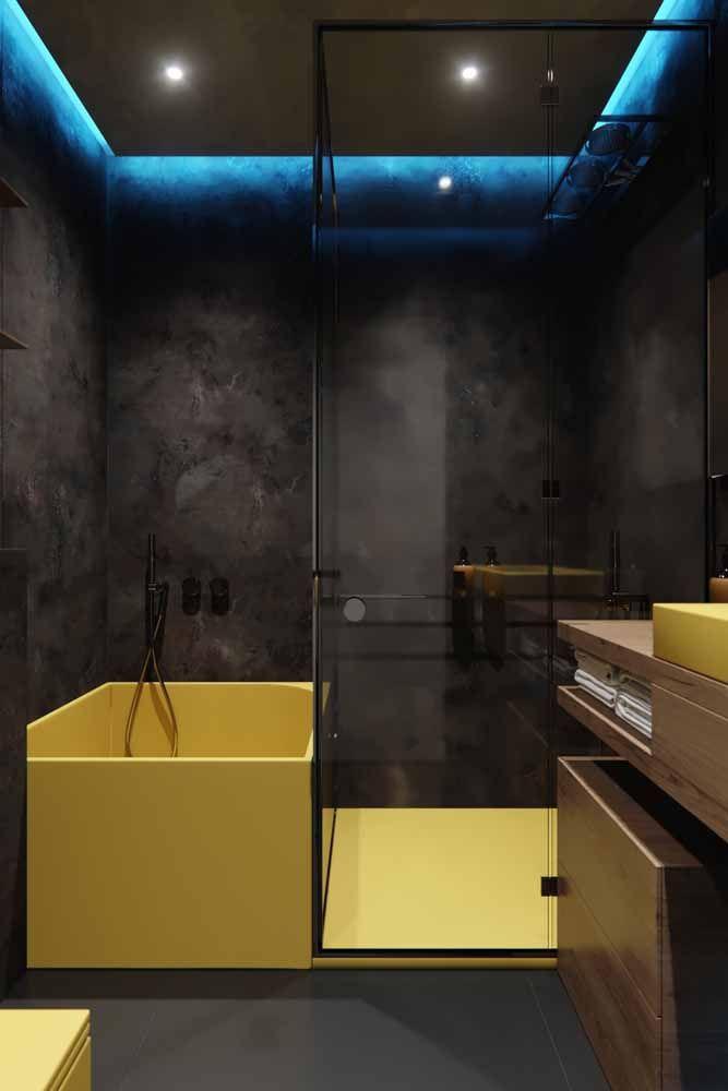 E se ser moderno não basta, tente ser ousado também! Essa foi a intenção aqui, banheira amarela com paredes pretas e um LED azul para fechar a proposta