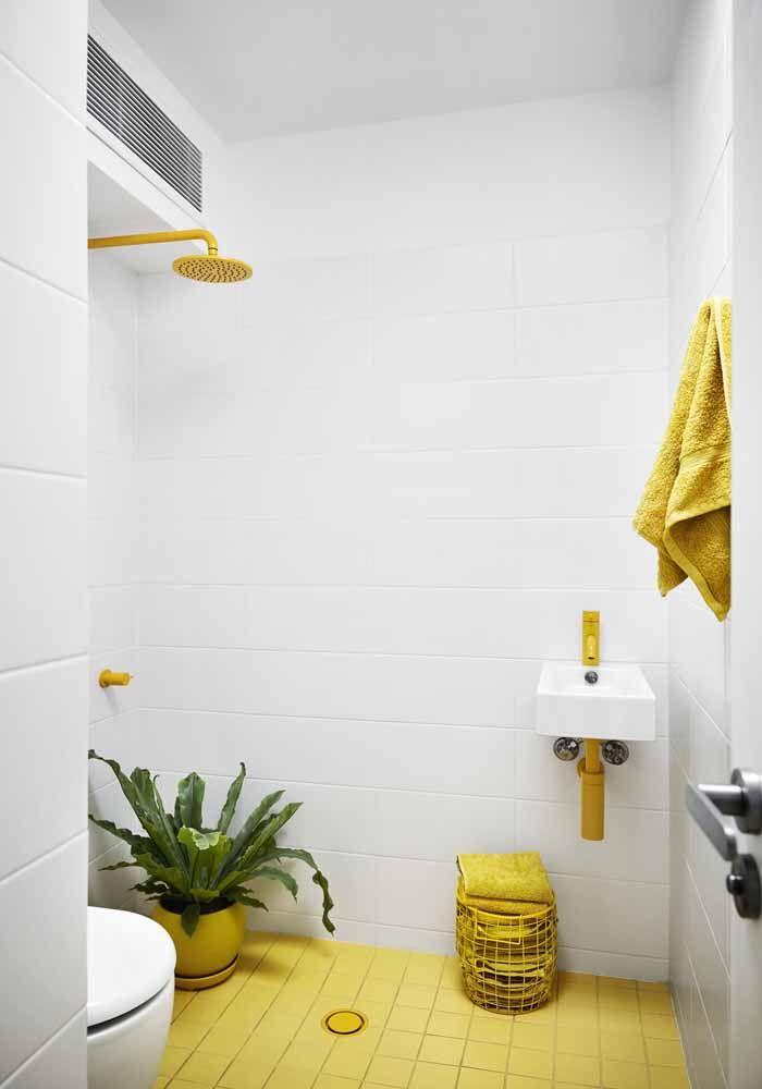 E o banheiro branco fica mais despojado com o uso de elementos amarelos, inclusive o chuveiro