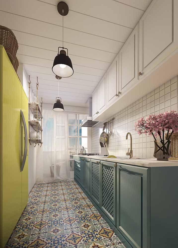 Cozinha clássica, mas cheia de elementos retrôs, como as cores e o piso.