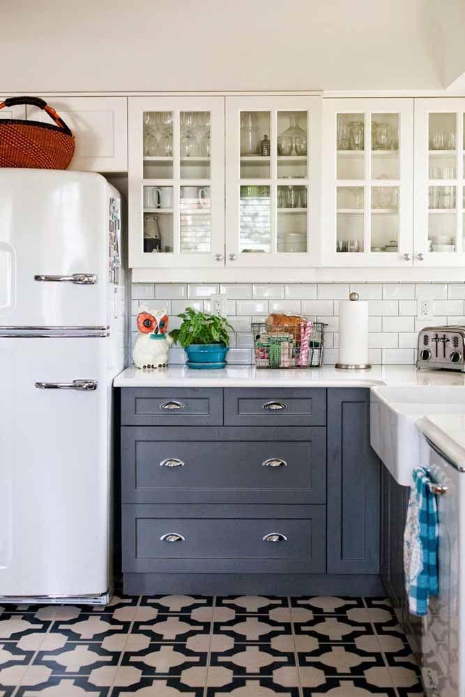 Se não quiser usar prateleiras, considere armários com portas de vidro; elas expõe e organizam os utensílios da cozinha.