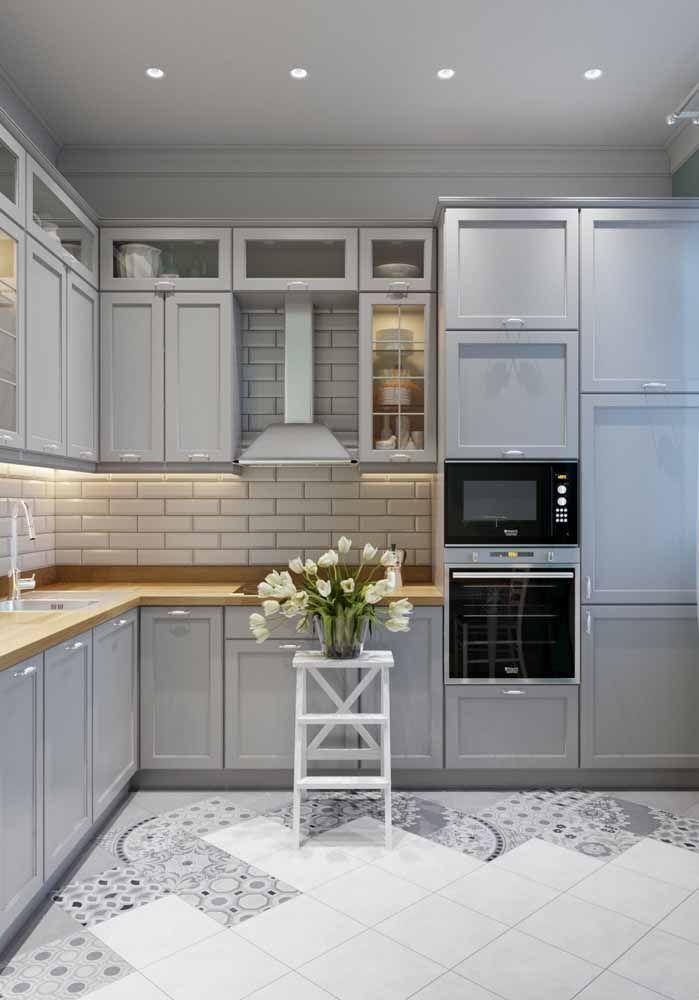 Algo mais clean também é puro charme e elegância; repare no piso dessa cozinha, apenas as laterais ganharam estampa