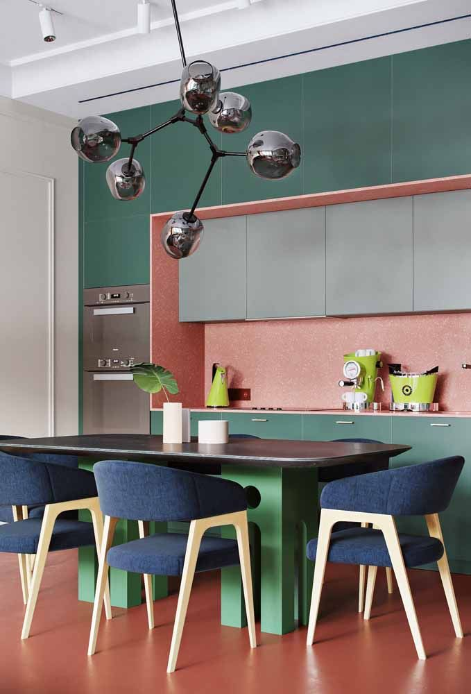 Ouse nas combinações: a proposta aqui foi unir as cores complementares verde e rosa com a análoga azul