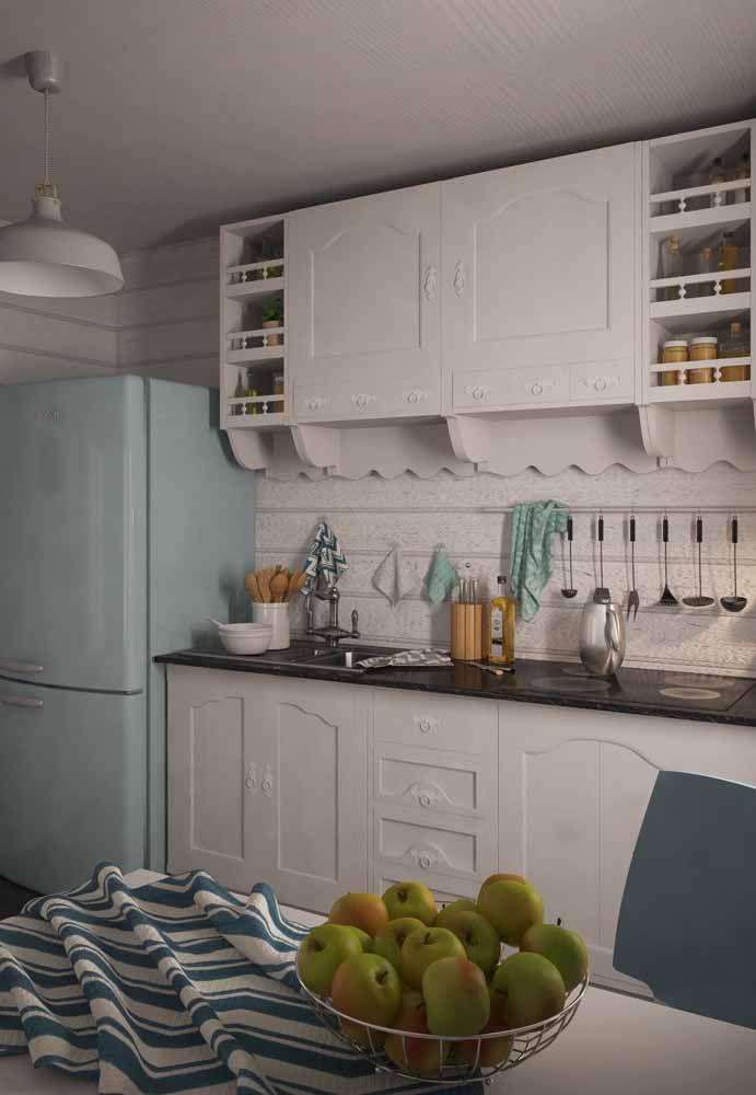Um móvel de marcenaria clássica com uma geladeira retrô: impossível não voltar no tempo com essa dupla