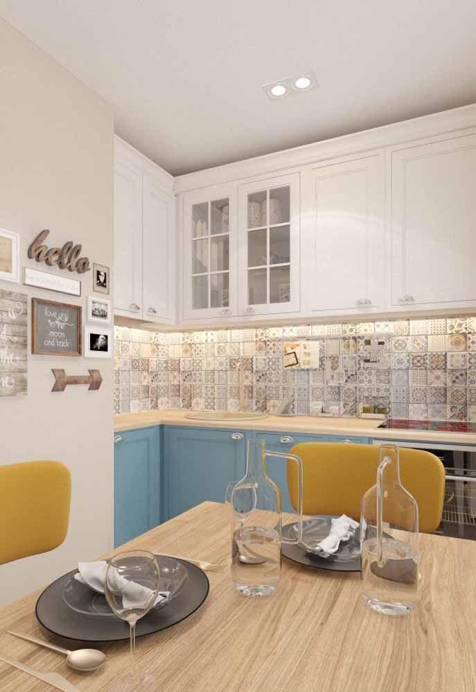 Branco, amarelo e azul para uma decoração retrô simples e aconchegante