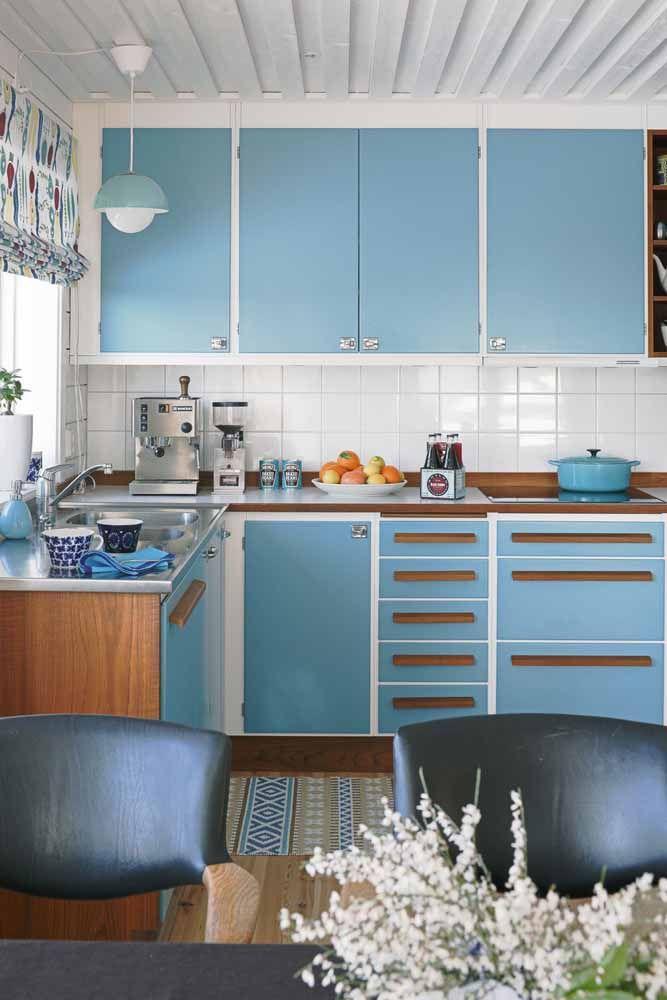 Essa charmosa e delicada cozinha retrô apostou no tom claro de azul como cor principal.