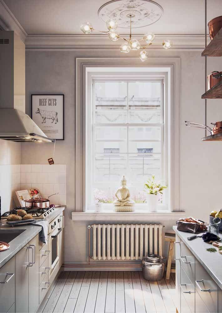 A iluminação natural valoriza ainda mais os móveis de marcenaria clássica