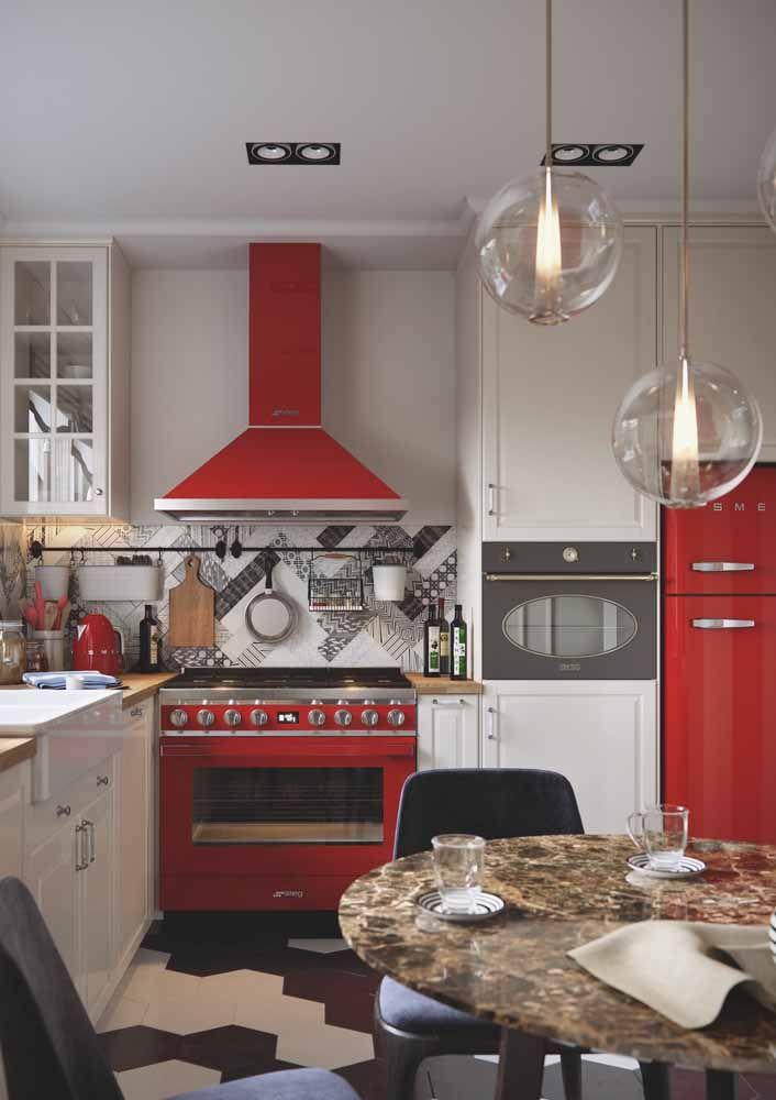 Uma combinação forte e cheia de personalidade marcam a proposta dessa cozinha retrô