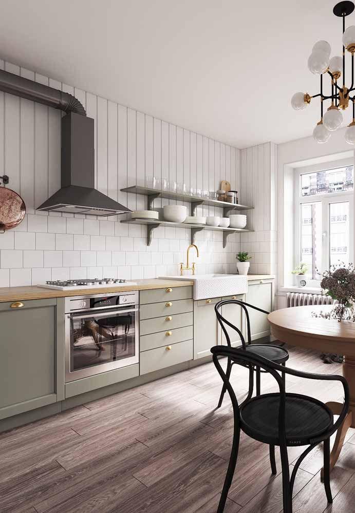 """Deixe a cozinha retrô mais """"arejada"""" usando apenas armários inferiores; na parede apenas prateleiras"""