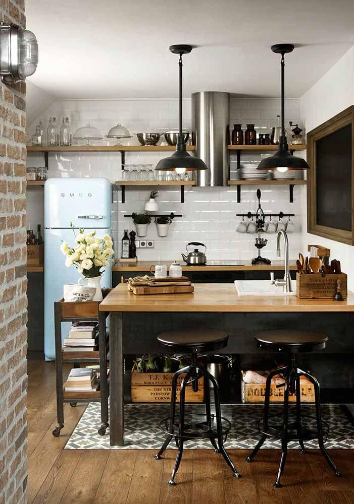 A madeira ganha destaque nessa cozinha retrô, sendo usada inclusive no piso