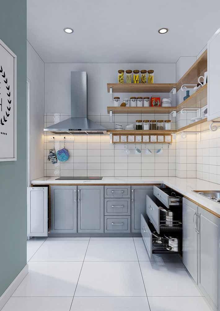 Cozinha retrô cinza com armários modernos e tecnológicos; o retrô fica só na aparência mesmo