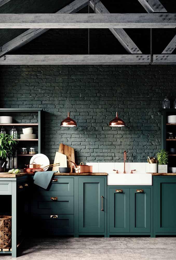 A cozinha retrô verde escuro ganhou pontos de luz com os detalhes em cobre