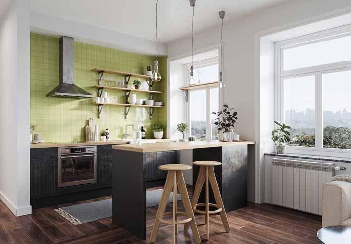 Mix entre o preto e o verde abacate; mas é com a marcenaria clássica e as prateleiras que o lado retrô vem à tona nessa cozinha