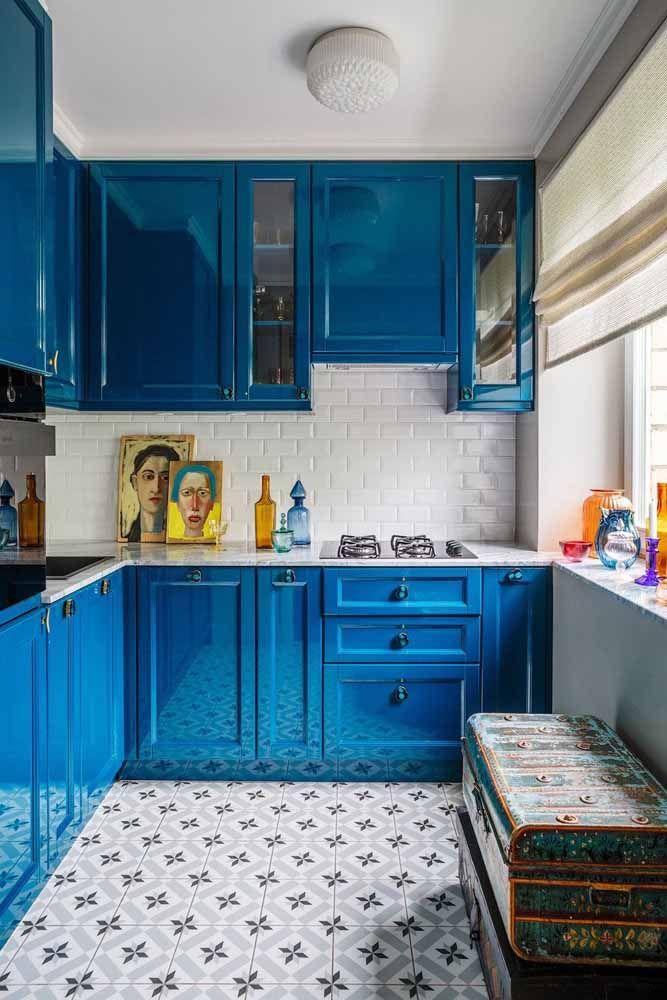Para uma cozinha retrô com ares modernos aposte em tons que tragam mais neutralidade como o azul escuro; para completar, o preto, o branco e um toque de amarelo