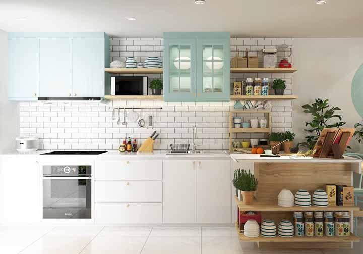 Mesmo com muitos objetos em cena, a decor dessa cozinha retrô não fica sobrecarregada, justamente porque cada item encontrou seu lugar
