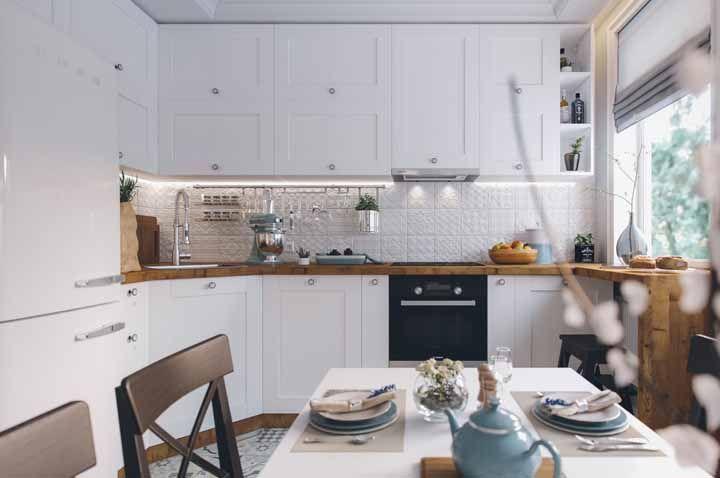 Para deixar a cozinha retrô ainda mais confortável e aconchegante deixe sempre a mesa posta