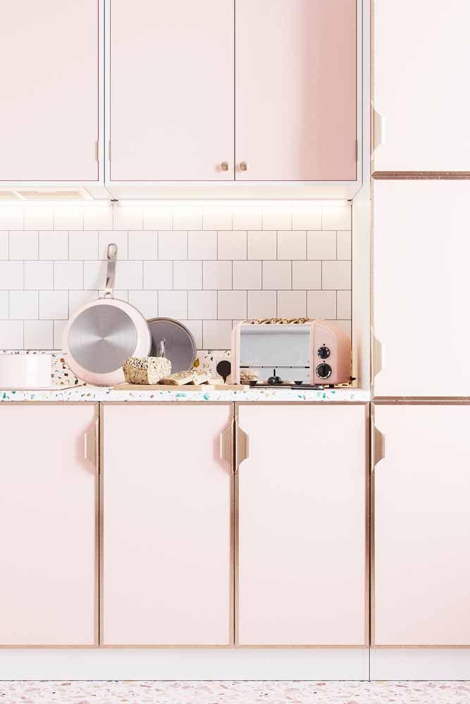 Rosa e delicada: uma cozinha para os apaixonados por decorações românticas e retrô.