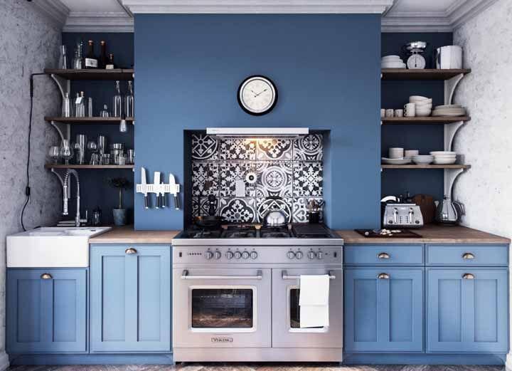 A bela e moderna combinação entre azul e preto utilizada na proposta de cozinha retrô