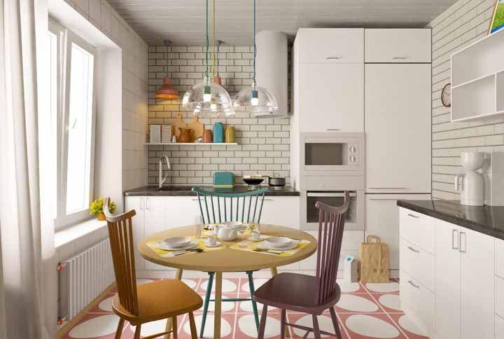 Experimente combinar cadeiras de cores diferentes na decoração da cozinha retrô