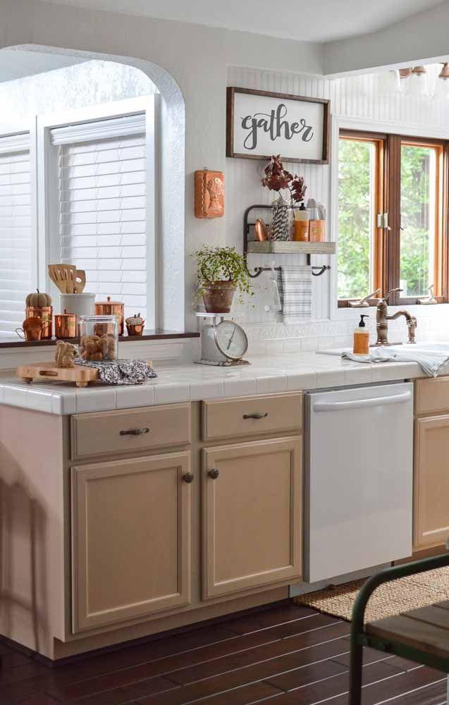 Uma cozinha retrô de tons terrosos para esbanjar conforto e aconchego; as peças em cobre reforçam a proposta.
