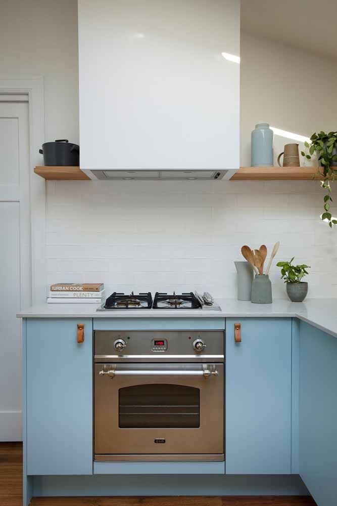 Aposte na combinação entre o antigo e o moderno, como essa cozinha, em que eletros atuais se contrastam com os tons retrôs do armário.