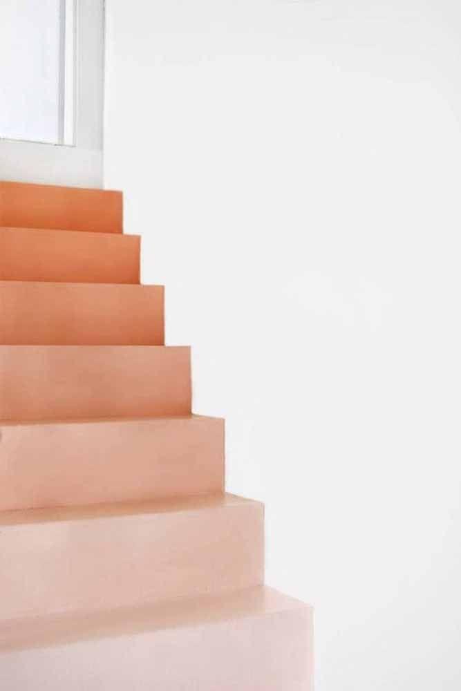 Degradê de tonalidades do laranja nesta escada