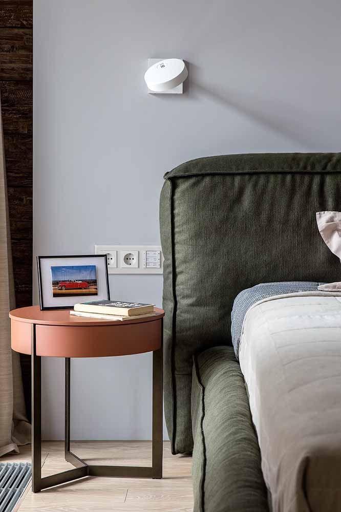 Mesa lateral de cama com a cor entra em destaque em quarto de casal com tonalidades neutras