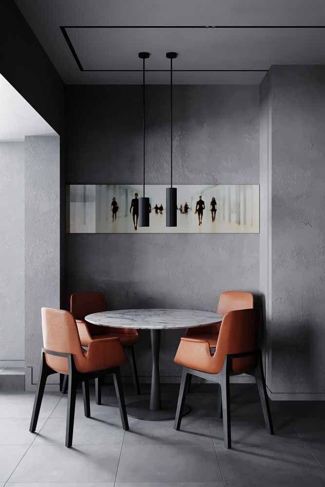Sala de jantar com estilo industrial onde as cadeiras laranjas se destacam na composição de cores