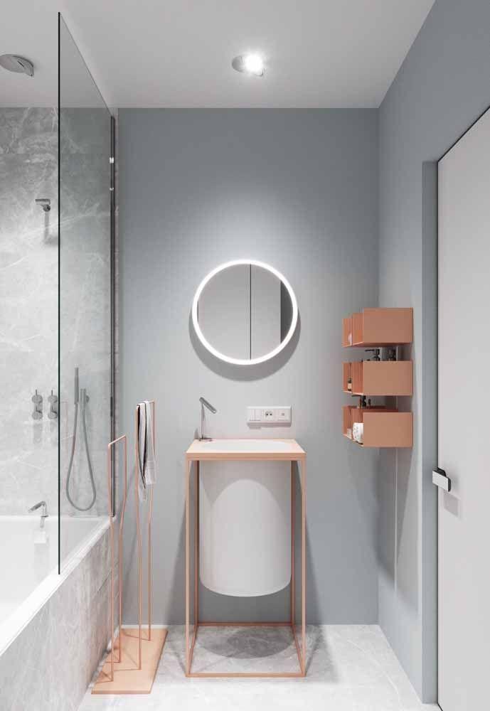 Laranja cromado na decoração de prateleiras e metais deste banheiro