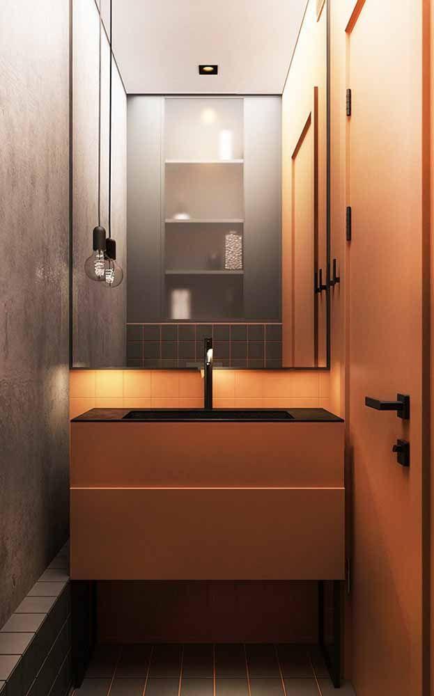 Banheiro com o laranja em voga na bancada e na porta lateral