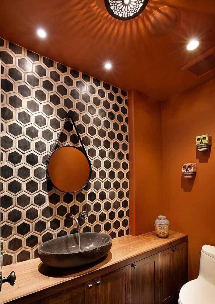 Pintura laranja para destacar o banheiro decorado