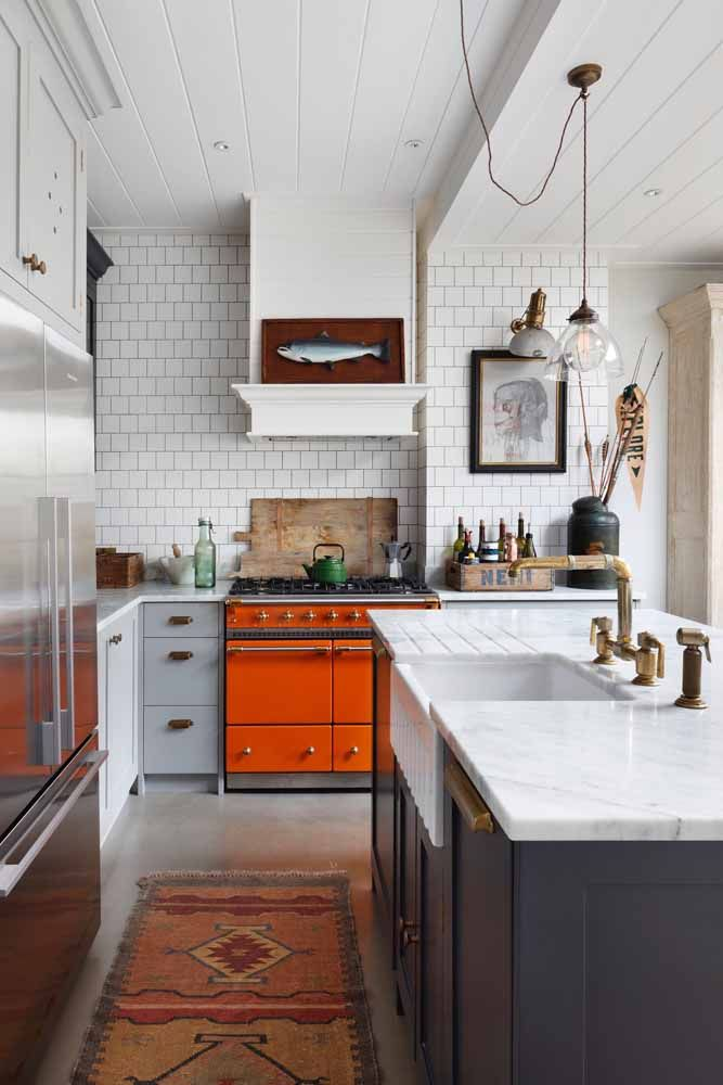 Escolha um ponto focal para incluir a com laranja, como na porta deste armário de cozinha