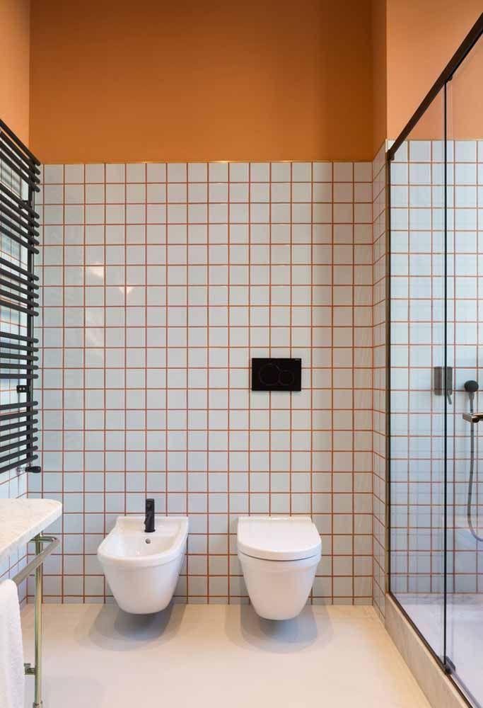 Rejunte na cor laranja em combinação com a pintura da parede do banheiro