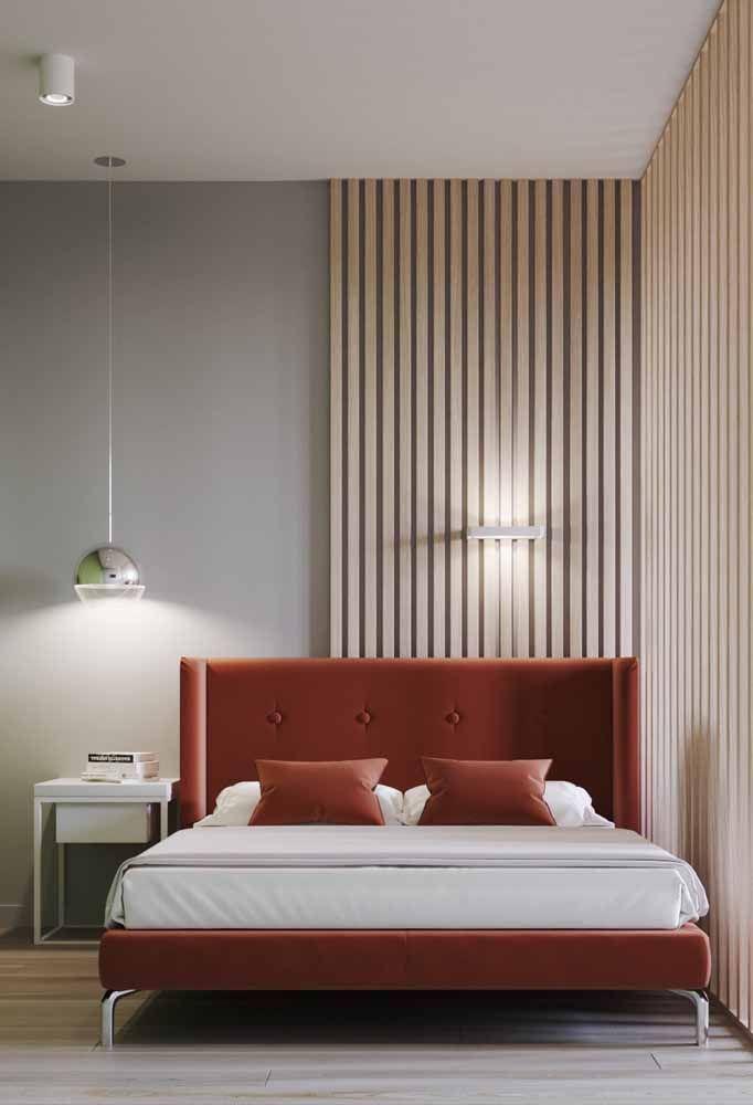Cabeceira e roupa de cama em tonalidade forte da cor laranja