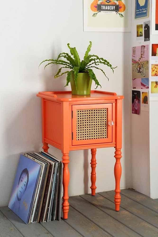 Aparador retrô / estante pintada com a cor laranja