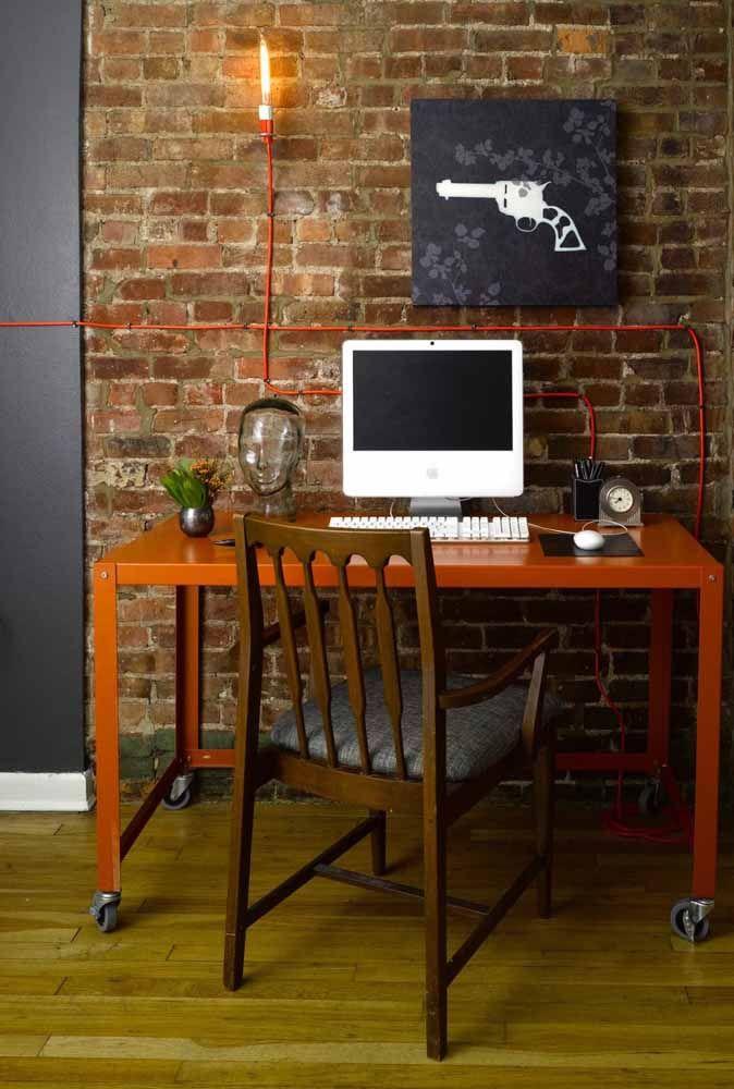 Mesa de home office com laranja metálico