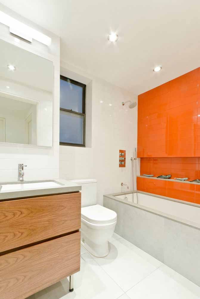 Nesse banheiro, destaque para a cor laranja da parede lateral