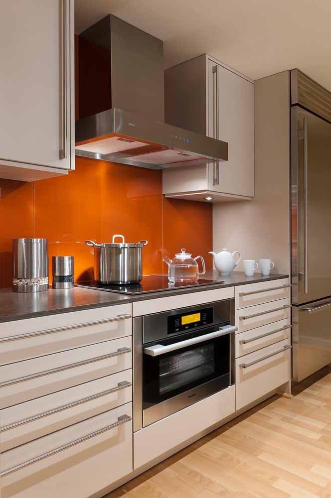 Parede de cozinha na cor laranja