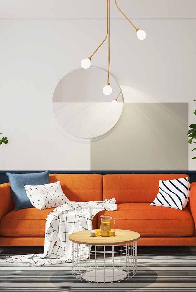 Sala com sofá laranja para trazer cor ao ambiente neutro