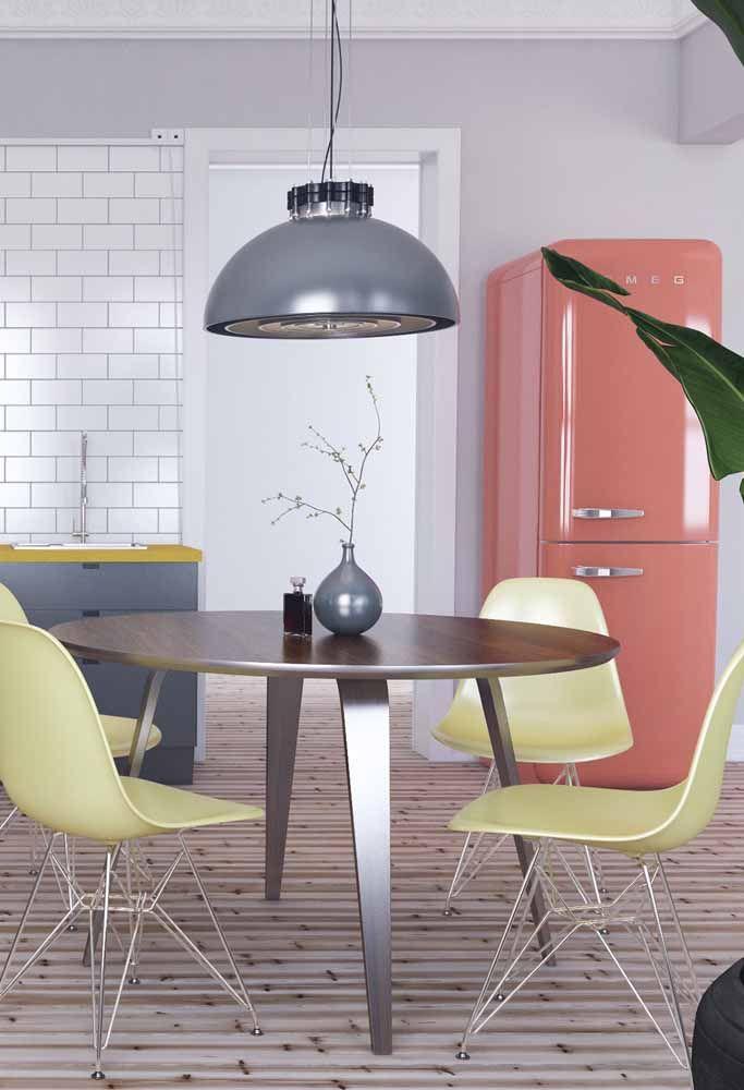 Refrigerador da famosa marca SMEG para trazer cor a essa cozinha