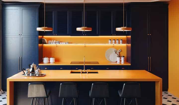 Detalhes da cozinha neutra com a cor laranja para criar destaque