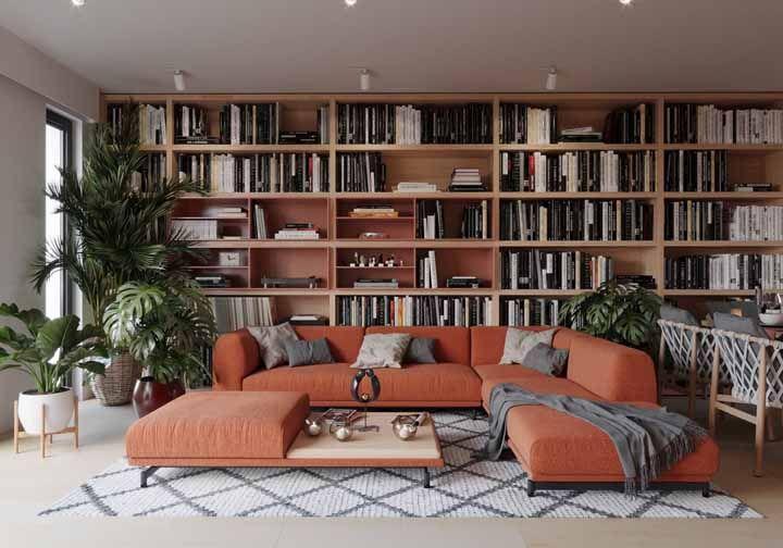 Sofá laranja para trazer vida a esse ambiente