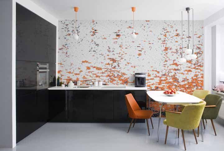 Azulejos em mix de laranja para formar um desenho na parede dessa cozinha