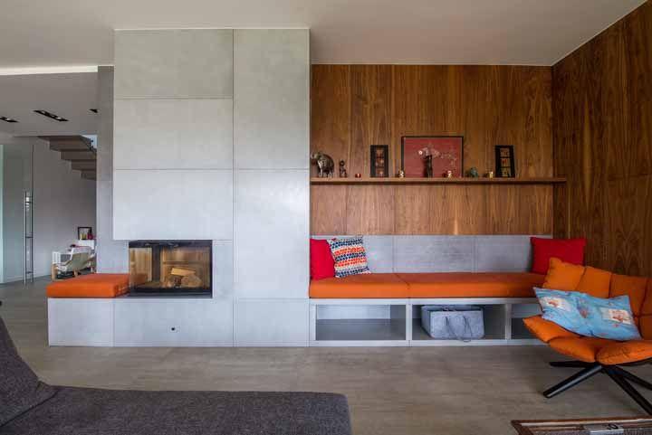 Almofadas também em laranja para a decoração desse ambiente integrado