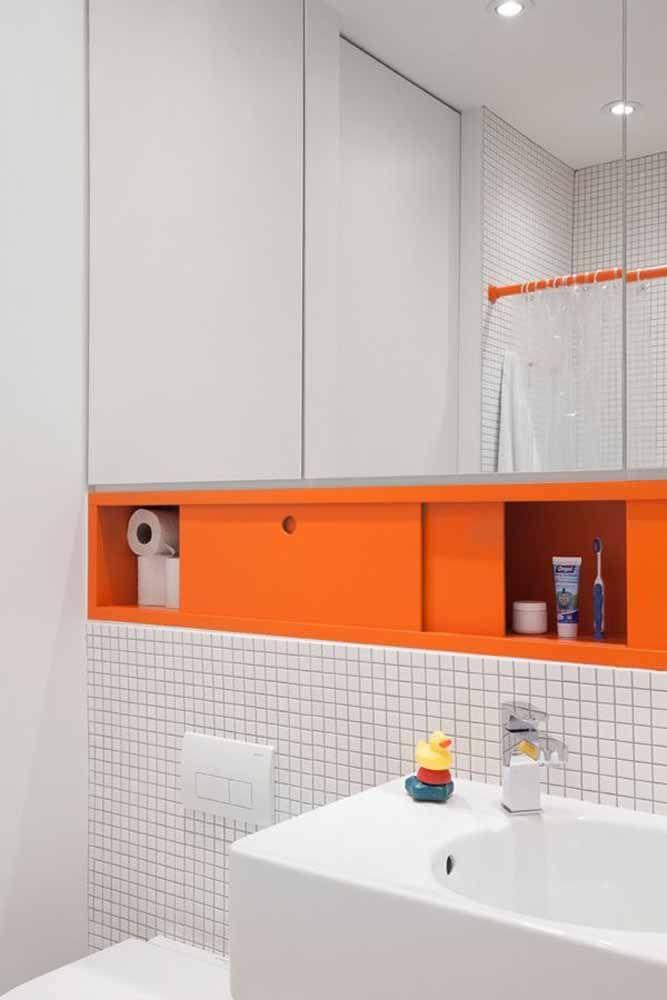 Armário-nicho para banheiro moderno com portas na cor laranja