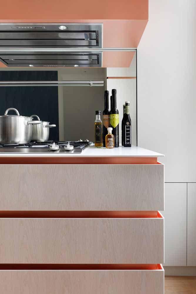 Nessa cozinha, o Rose Gold aparece no fundo do armário realçado pela iluminação de LED