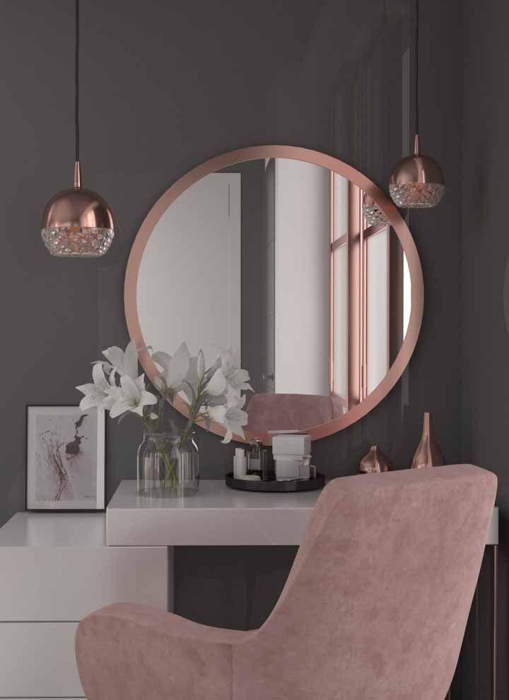 Uma penteadeira cheia de estilo e glamour com os detalhes em Rose Gold; repare na combinação certeira do tom com as cores neutras.