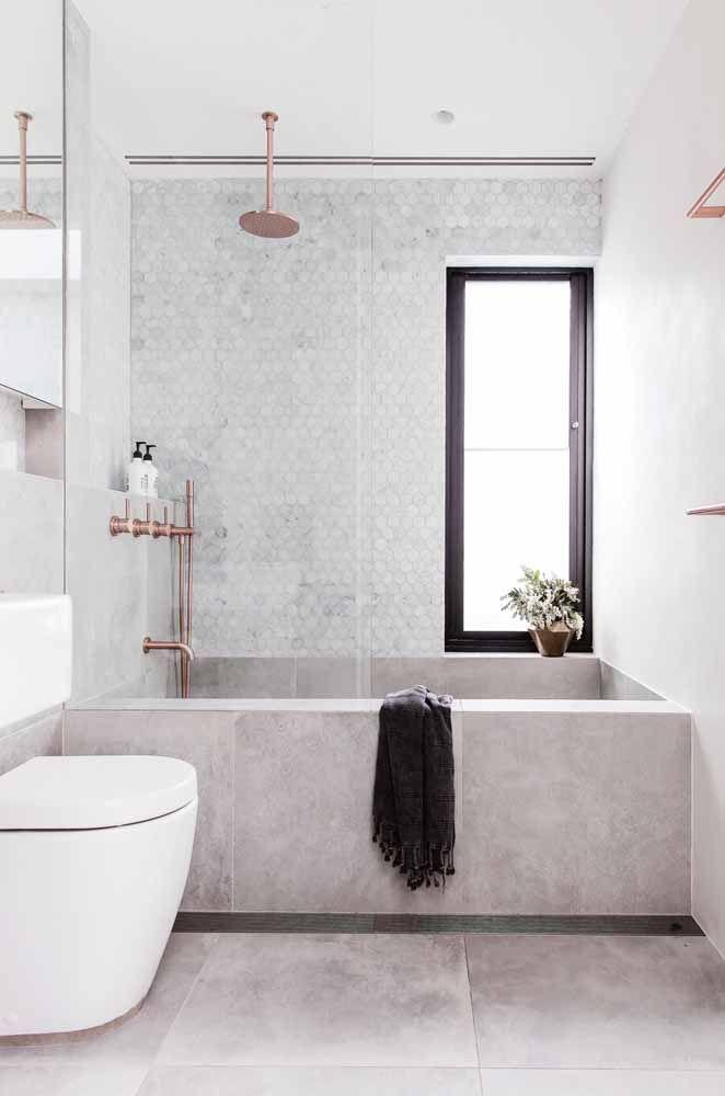 O banheiro cinza apostou no uso do Rose Gold nos metais e acertou em cheio.