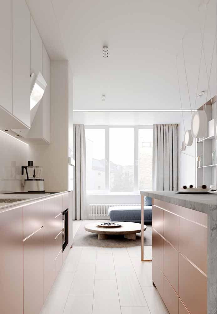 Os móveis Rose Gold dessa cozinha foram combinados com o branco predominante do restante do ambiente.