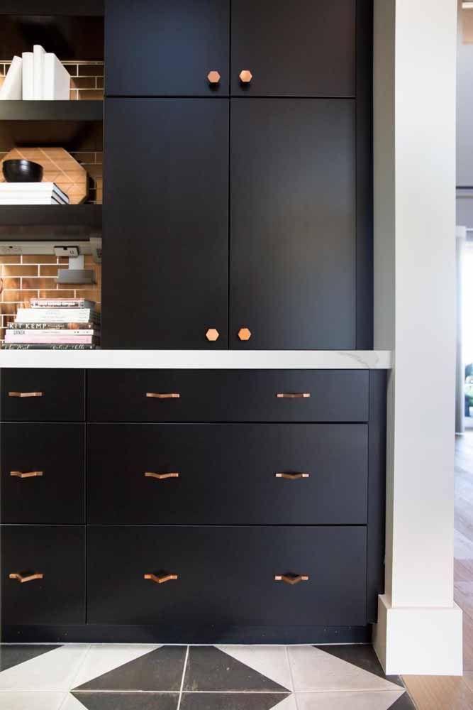 Para aderir a tendência do Rose Gold sem precisar trocar a decor da casa, invista apenas em puxadores novos com o tom.