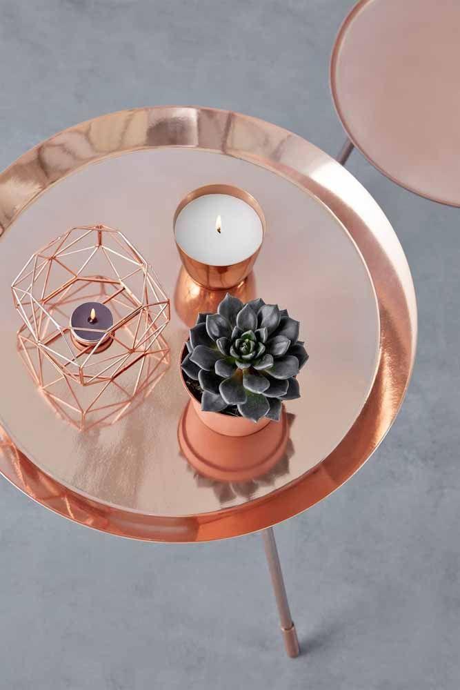 A mesinha Rose Gold foi decorada com outros pequenos objetos no tom.